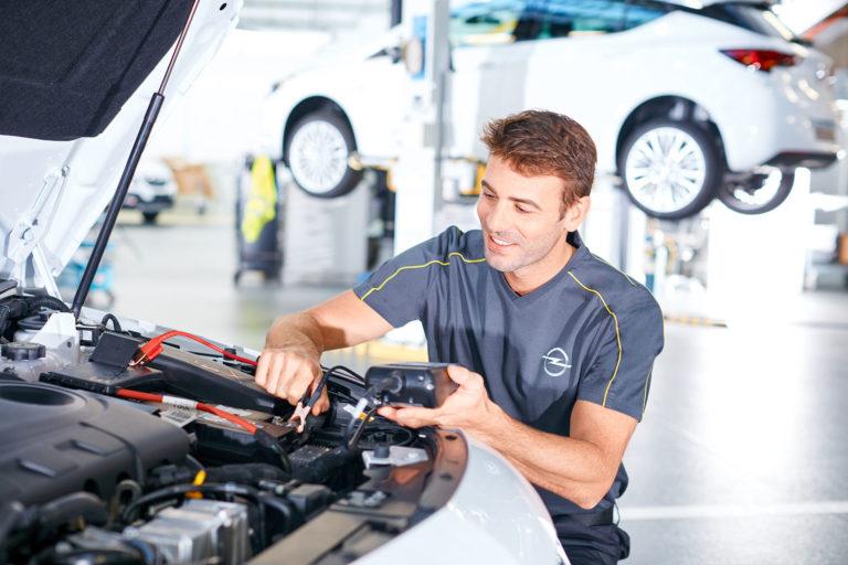 Additorialshooting Mechaniker Dienstbekleidung Autowerkstatt Opel Überbbrücken