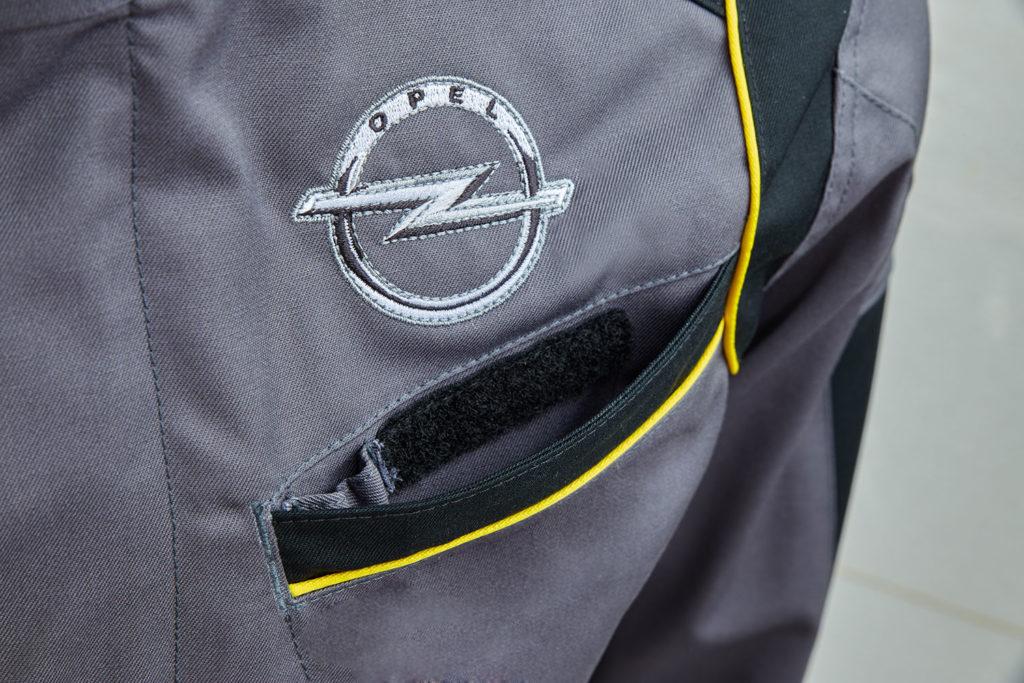 Nahaufnahme Bestickung Veredelung Arbeitskleidung Teamwear Mechanikeroutfit