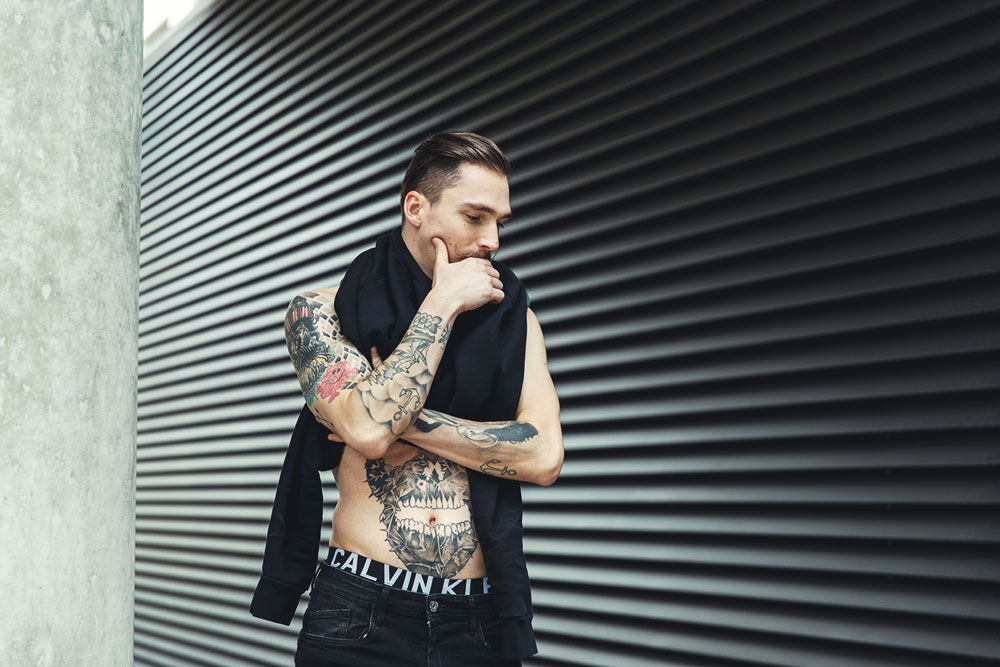 Katalogfotografie Sweatshirt Bauchmuskeln Körperkunst Calvin Klein Modeshooting
